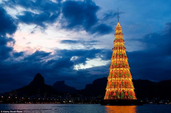 Cây thông nổi cao nhất thế giới tại Lagoa Rodrigo de Freitas. Rio de Janeiro, được thắp sáng vào tháng 12 hàng năm.