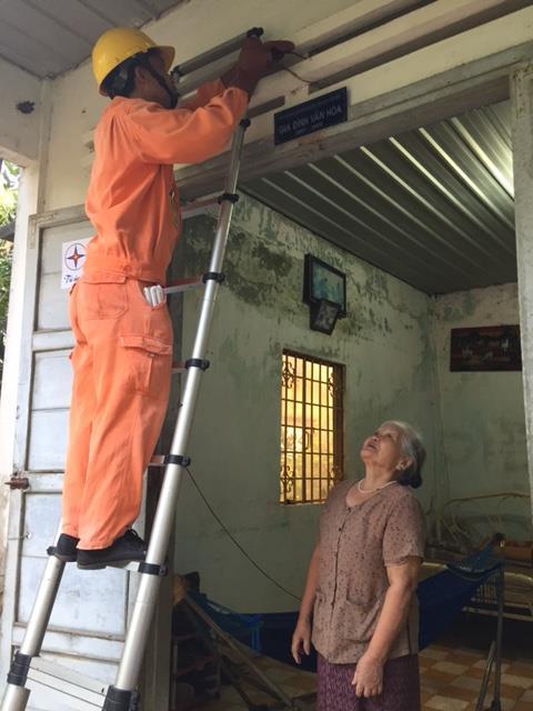 Sửa chữa điện tại nhà dân. Ảnh: Mai Phương/BNEWS/TTXVN